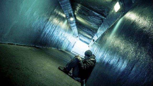 Un hombre en un túnel
