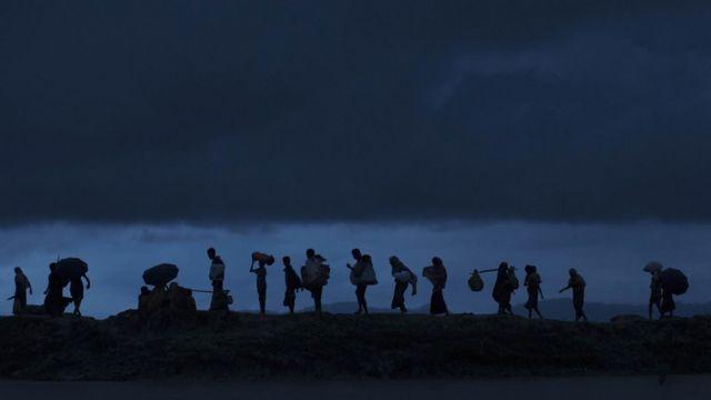 রাতের অন্ধকারে ঘুমধুম সীমান্ত দিয়ে বাংলাদেশে প্রবেশ করছে রোহিঙ্গারা।