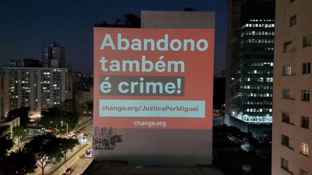 Projeção cobra justiça no caso Miguel