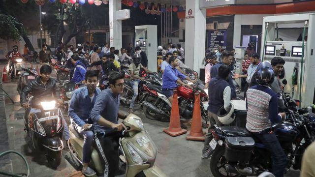 पेट्रोल पंप पर लगी लोगों की लाइन