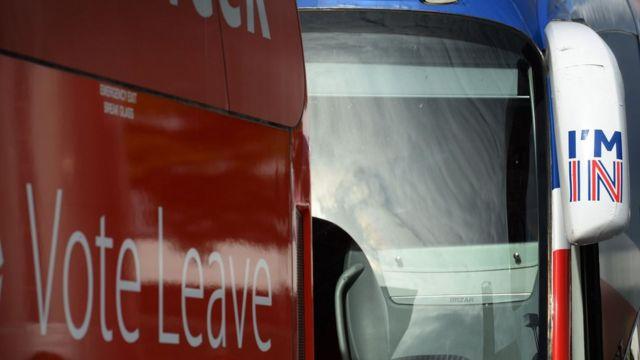 選挙運動のバスが討論会場前に並んだ