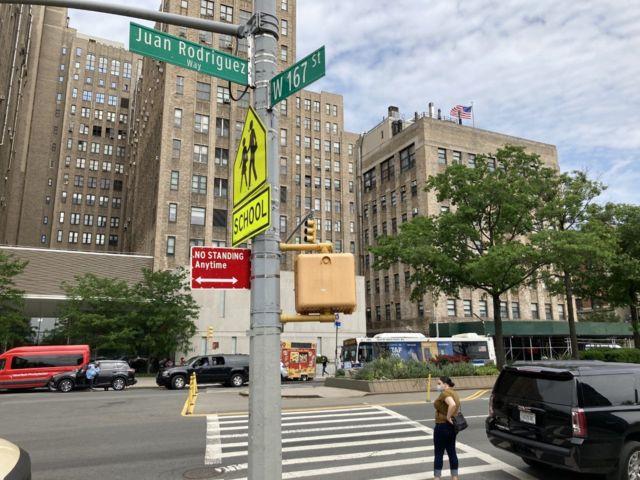 Um trecho da Avenida Broadway entre as ruas 159 e 218 com o nome de Juan Rodríguez em 2012