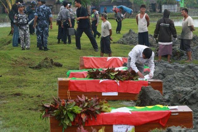 週末の攻撃で死亡した警官の葬儀(11日).