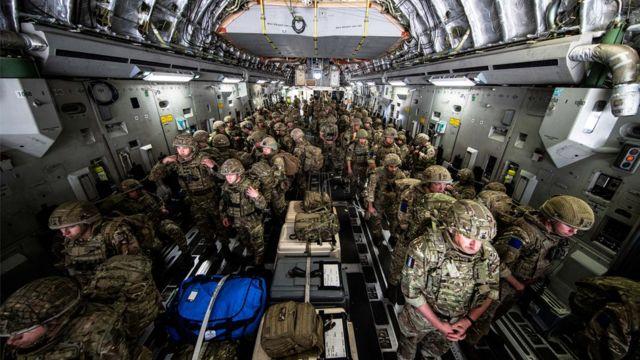 Бойцы 16-й десантной бригады британской армии летят в Кабул