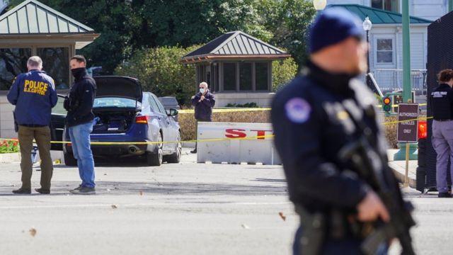 Policías cerca del auto que chocó a las afueras del Capitolio