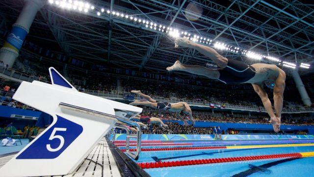 Salida de una competencia de natación