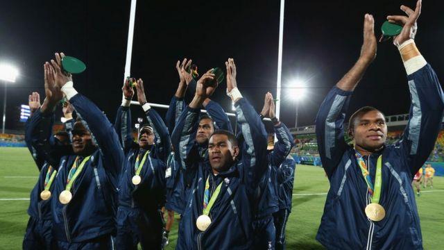 Jogadores de Fiji desfilam com a primeira medalha do país em 60 anos de participação olímpica