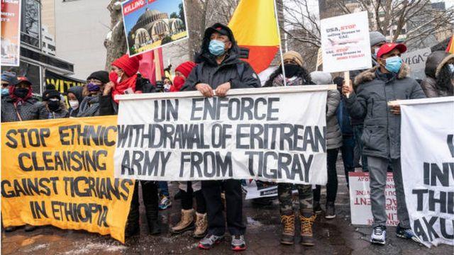 متظاهرون في نيويورك يرفعون لافتة تطالب بانسحاب القوات الإريترية من تيغراي