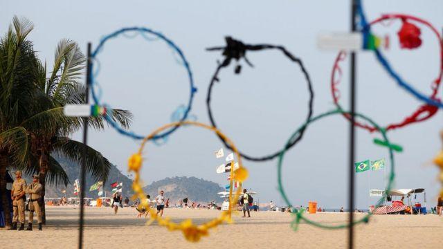 Олимпийские кольца из пластика на пляже в Рио
