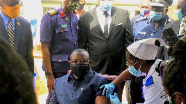 Perezida Julius Maada Bio wa Sierra Leone ku wa mbere ari mu bahereweho hatangizwa gahunda yo gukingira mu iki gihugu