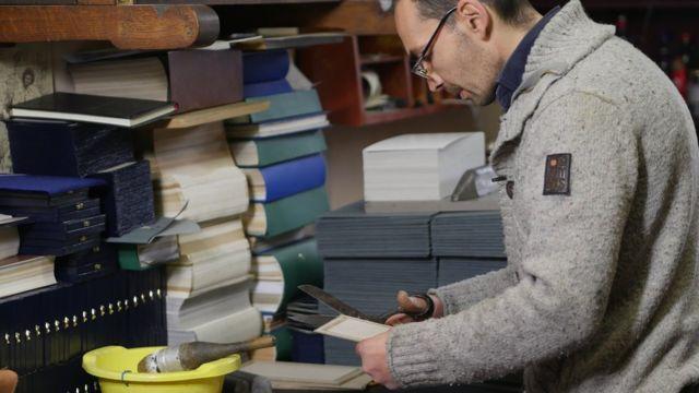 裝訂工彼得科維奇說,國家應該推廣傳統手工藝