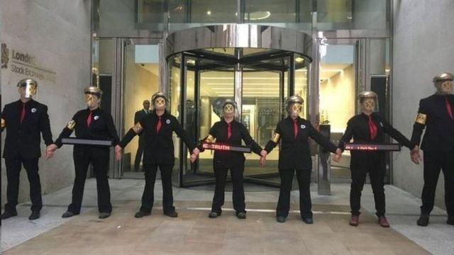 فعالان محیط زیست در ورودی بورس لندن
