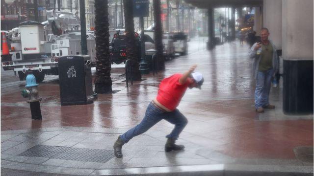 Un hombre recibe los vientos de Ida en una calle de Nueva Orleans