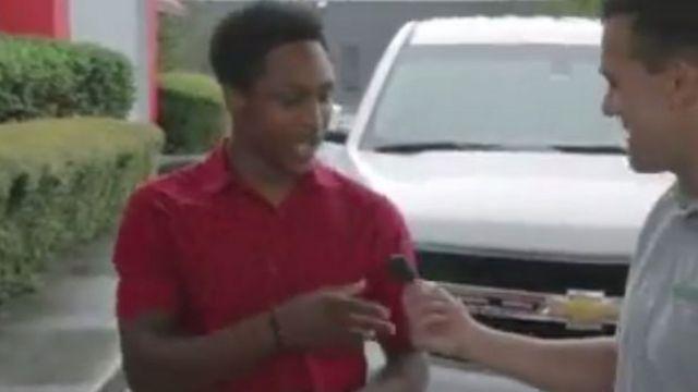 Walter Carr recibiendo las llaves de su nuevo auto.