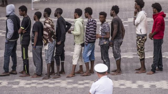 Migranti stoje u redu