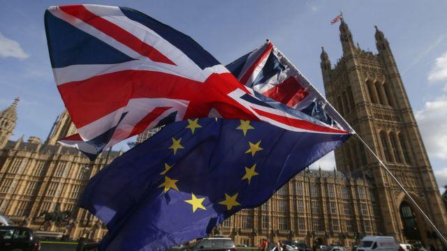پرچمهای بریتانیا و اتحادیه اروپا در برابر قصر وستمینستر