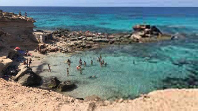 Foto de uma praia em baixa resolução