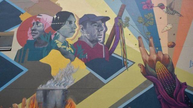 En Bogotá, un mural conmemora los defensores de derechos humanos que han sido asesinados.