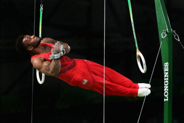 انگلینڈ کے کورٹنی ٹلوچ جمناسٹنگ مقابلوں میں اپنے فن کا مظاہرہ کرتے ہوئے۔