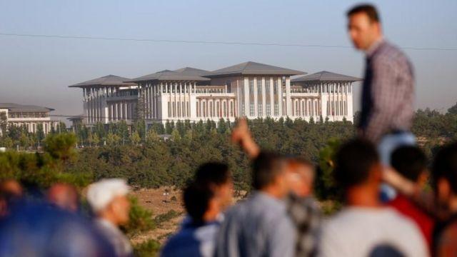 اناس امام القصر الرئاسي في انقره