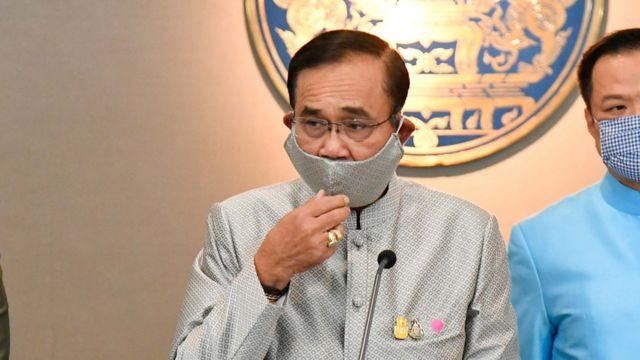 Thủ tướng Prayuth Chan-ocha của Thái Lan gần đây đã xuất hiện với khẩu trang vải đi đôi với trang phục của mình