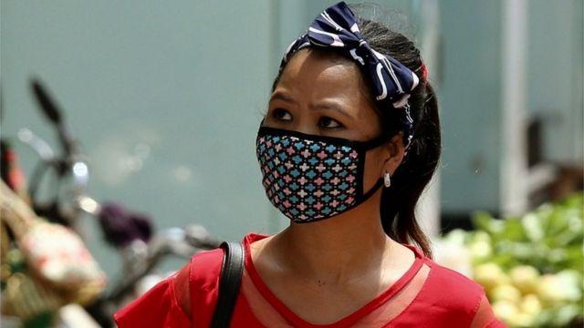 Mulher usando máscara na India