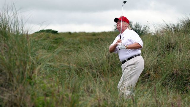 Donald Trump jugando golf