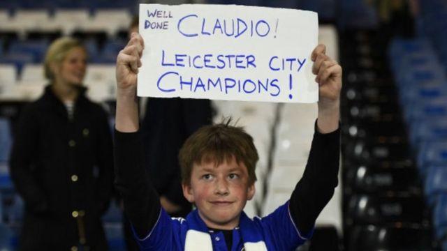 Aficionado con un cartel felicitando a Ranieri
