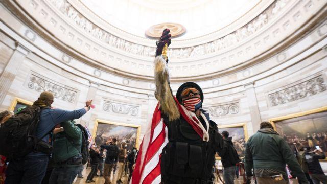 2021年1月6日,支持特朗普的抗议者冲进美国华盛顿特区的美国国会大厦。