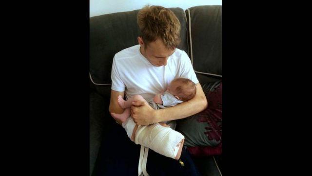 Alex com o bebê Iris após receber alta do hospital