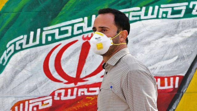 Umugabo wambaye agapfukamunwa muri Iran