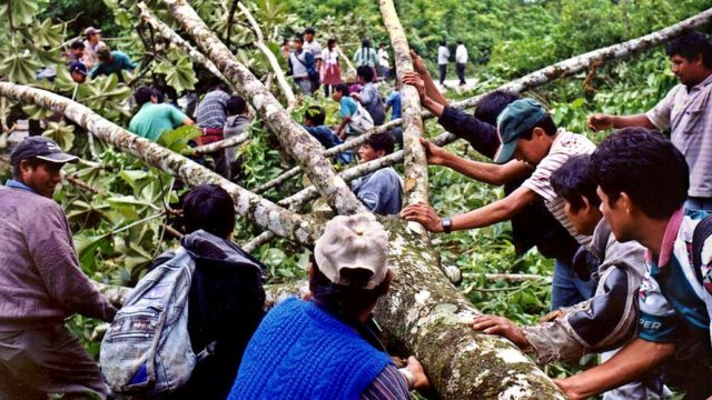 Trabajadores de la coca participan en un acto de protesta