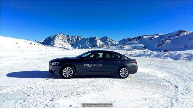 Carro em montanha com neve