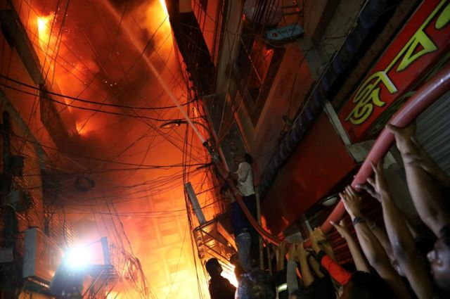 ဘင်္ဂလားဒေ့ရှ်နိုင်ငံ ဒါကာမြို့က သမိုင်းဝင် ချော့ခ်ဘဇားရပ်ကွက်မှာ မီးလောင်ကျွမ်းမှုကို ဒေသခံများ ကူညီငြိမ်းသတ်နေပါတယ်။ ဒီမီးလာင်ကျွမ်းမှုကြောင့် အနည်းဆုံး လူ ၇၈ ဦး သေဆုံးခဲ့ပါတယ်။