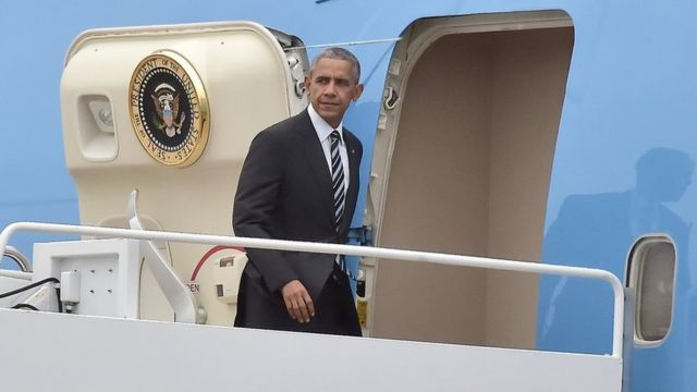باراک اوباما در حال سوار شدن به هواپیمای ویژه رئیس جمهوری برای سفر به اسرائیل