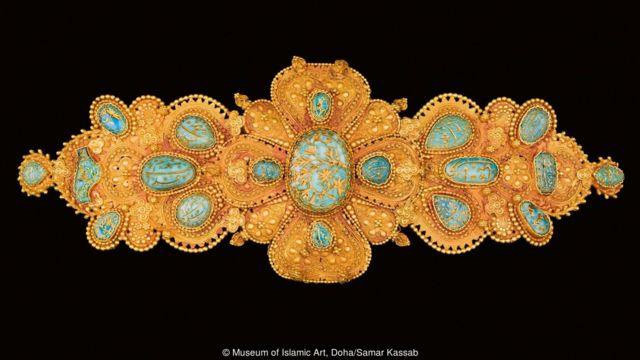 """""""玫瑰王朝""""展览从世界各地过400多家博物馆与私人展馆借来展品,上图是其中的一件——一个装饰束扣。"""
