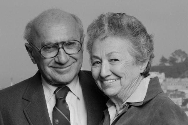 Milton Friedman con su esposa y su colega economista Rose Friedman.