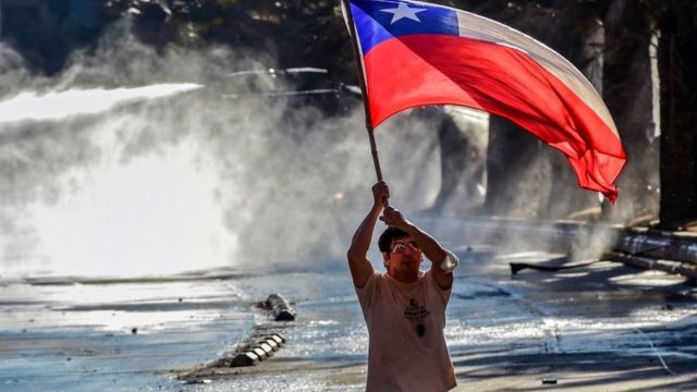 Manifestante con la bandera de Chile.
