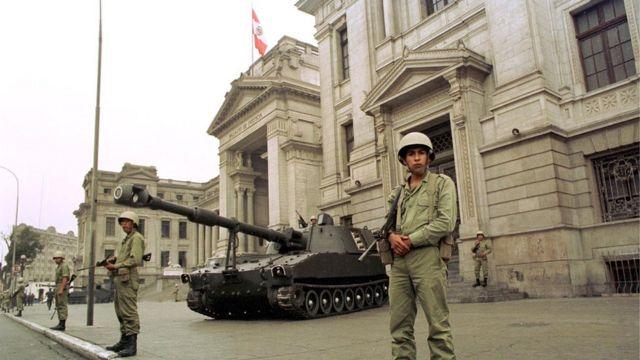 Soldados y tanques de guerra frente al Palacio de Justicia en Lima, el 5 de abril de 1992, luego de que Fujimori disolviera en Congreso y Poder Judicial.