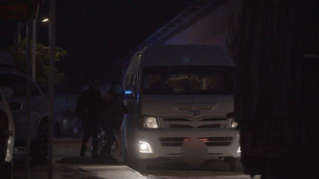 중국 국경을 넘은 후 자동차에 올라타는 미라와 지연
