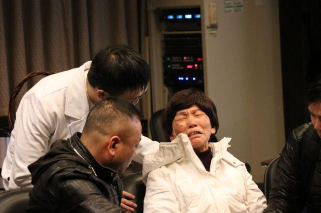 花莲大地震造成许多陆客身亡,其中罹难陆客余妃家属来台,母亲相当难过。