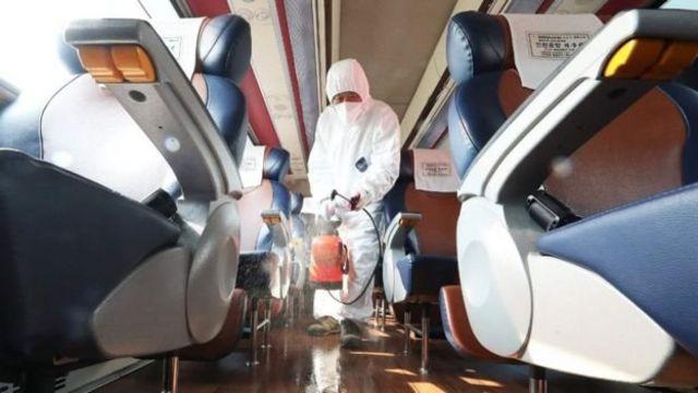 கொரோனா வைரஸ்: தென் கொரியாவில் முதல் மரணம் - தடுப்பு நடவடிக்கைகள் தீவிரம்