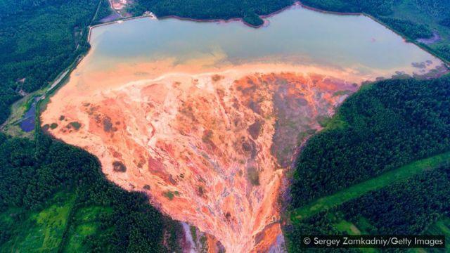 Mina de sulfeto de cobre em desuso perto do vilarejo Lyovikha nos Urais, na Rússia