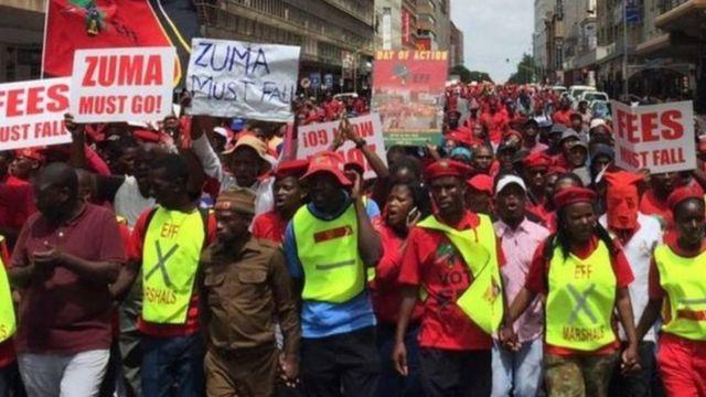 Des militants de l'opposition sud-africaine qui exigaient la démission du président Zuma, lui reprochant d'avoir tenté de bloquer la publication du rapport de l'ex-médiatrice sur la corruption.