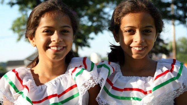 Dos niñas gemelas