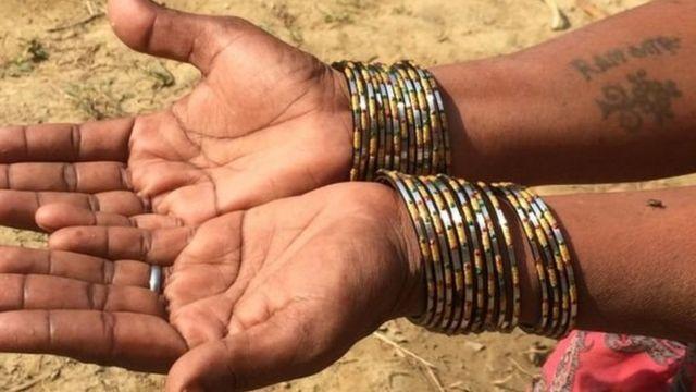 ટેટૂ ધરાવતી મહિલાના હાથ