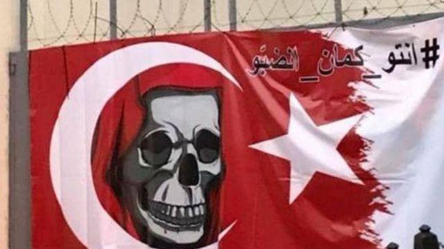 """تعليق لافتة """"مسيئة"""" على مدخل السفارة التركية في بيروت"""