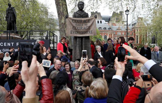 在倫敦市中心的議會廣場上,女權活動人士米利琴特·費塞特(Millicent Fawcett)的雕像揭幕。