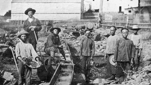 Ảnh chụp khoảng năm 1852, cho thấy thợ mỏ Trung Quốc làm việc cùng thợ mỏ da trắng ở Aubine Ravine, California