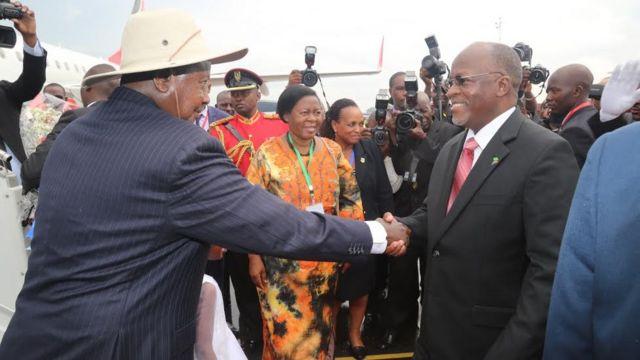 Rais Museveni wa Uganda na mwenzake wa Tanzania John Pombe Magufuli